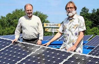 Günter Westermann und Bruno Wörner von W-quadrat an einer Photovoltaikanlage